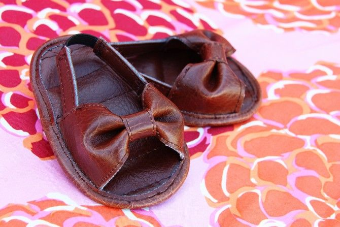 How to make these adorable faux leather baby shoes. Would be awesome shower gift.