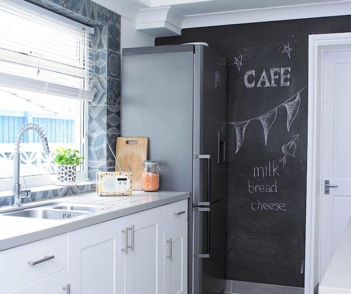 modeles de cuisine modernes, pan de mur repeint de peinture ardoise, meuble blanc, plan de travail gris, carrelage credence motifs geometriques, frigo inox