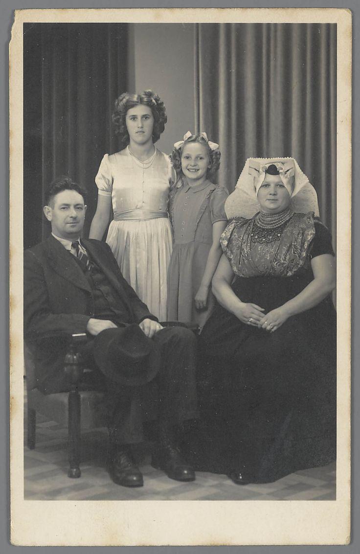 Mina uit Heinkenszand in katholieke Zuid-Bevelandse dracht met man en 2 meisjes (gekleed in modedracht).