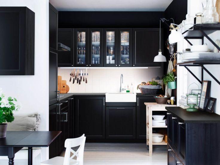 Dunkle Küchenschränke und -fronten in Schwarz sind der Blickfang in dieser Küche von IKEA.