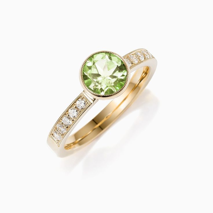 Lunette ring with Peridot in Yellow Gold