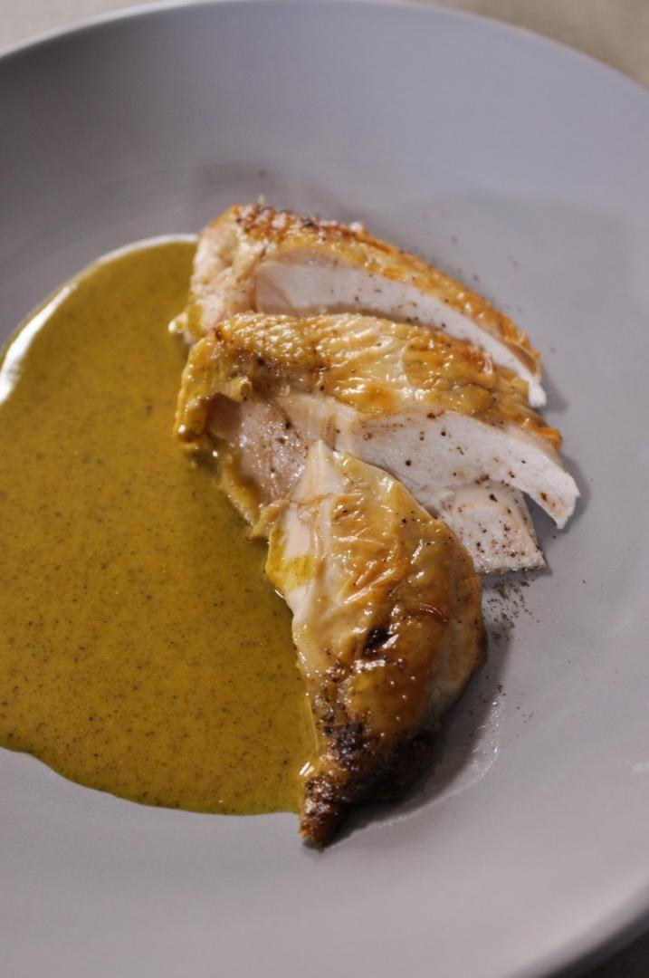 Bereiden:Snijd de poten van de kip. Neem een grote pot en smelt hierin een flinke klont boter. Kruid de kip met peper en zout. Bak de kip kort aan alle kanten aan in de pot tot het vel goudbruin en krokant is. Plaats de kip vervolgens gedurende 35 minuten in een voorverwarmde oven van 180 graden. Haal de pot regelmatig uit de oven om de kip even te arroseren.
