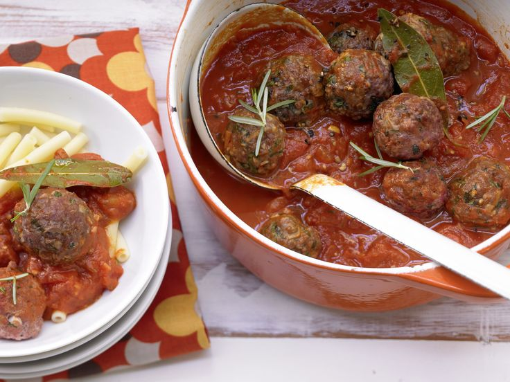 Hackbällchen in Tomatensauce - Familienessen (2 Erw. und 2 Kinder) - smarter - Kalorien: 569 Kcal - Zeit: 50 Min. | eatsmarter.de