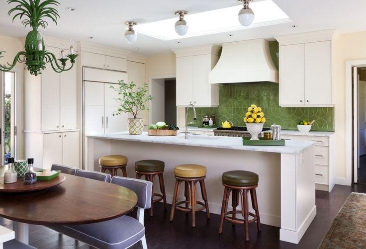 Кухня в стиле арт-деко: тонкости гармоничного интерьера и 75 избранных фотоидей на любой вкус http://happymodern.ru/kuxnya-v-stile-art-deko-foto/ Нотки свежести на белой кухне арт-деко: зеленая люстра в форме ананаса, цветной фартук, композиции из фруктов