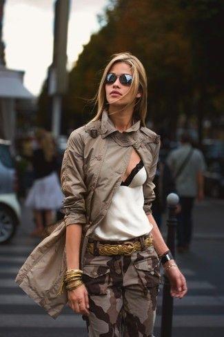Tenue: Trench marron, Débardeur en dentelle blanc et noir, Pantalon cargo camouflage marron, Ceinture en cuir tressée dorée