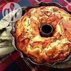 Jüdischer Apfelkuchen / Dieser laktosefreie Apfelkuchen wird in einer Kranzform gebacken und die Äpfel werden nicht auf den Teig gelegt, sondern dazwischen geschichtet.@ de.allrecipes.com