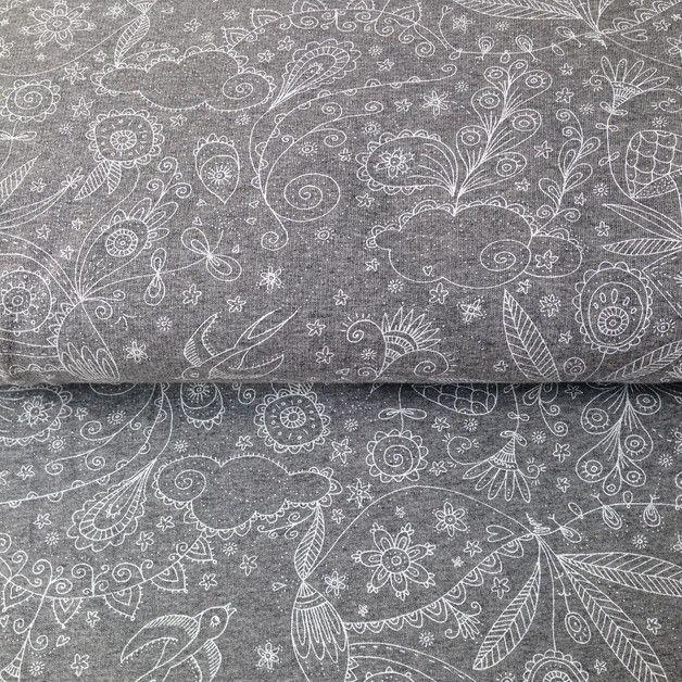 Bio Baumwoll Sommer Sweat von Lillestoff. Weißes Manga Muster auf Grau meliert Blumen, Vögel, Wolken etc.  53% Bio Baumwolle 42% Polyester 5% Elasthan Gots zertifiziert! Der Stoff liegt...