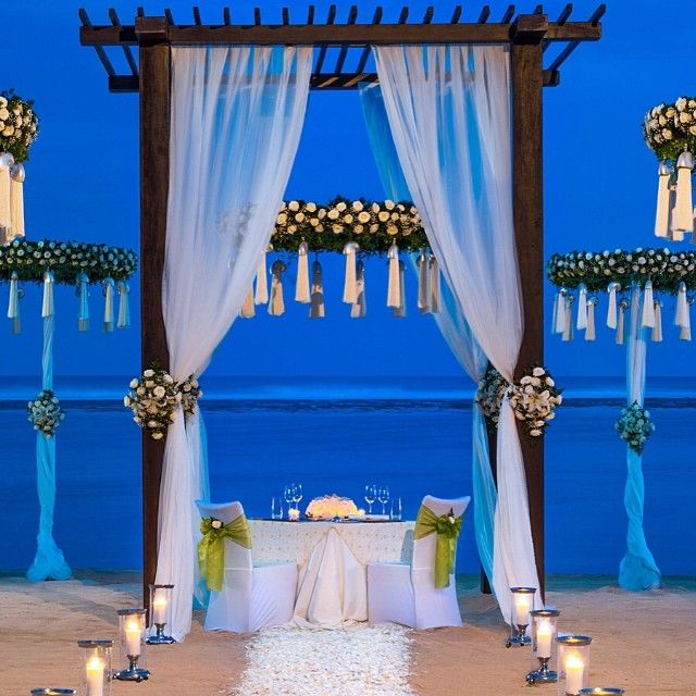Jantar de casamento a beira mar e a luz de velas exclusivo para os noivos no The St Regis Bali Resort!!!! #bali #indonesia #praiatop #destinos #casamento #casarnapraia #exclusivo #luxuryhotel #luademel #honeymoon #hoteistop #stregis #incrível #cenario #desejos #energiapura #goodvibes #wishlist #momentos #maravilhoso #paraiso #romance #relax #supertop #viajar #viagemtop #viajeupper #upperclass