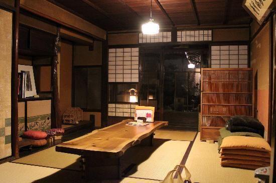 胡亂座這棟建築物是在 1897 年(明治 30 年 12 月 8 日)的京町家的房屋,被列為有形文化財之一。在這家充滿京都古風情的旅店,可以體驗到舊時代的生活風情喔!  費用:一人 3000 元。設備:廁所、浴室及共用的衛生間。沒有空調。  地址:京都市下京区醒ヶ井通綾小路下る要法寺町427