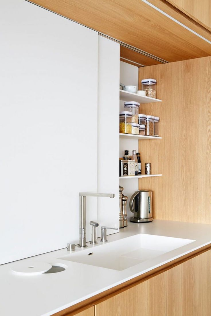 Meubles vintage et portes en bois cosy pour agrémenter le fond blanc pur