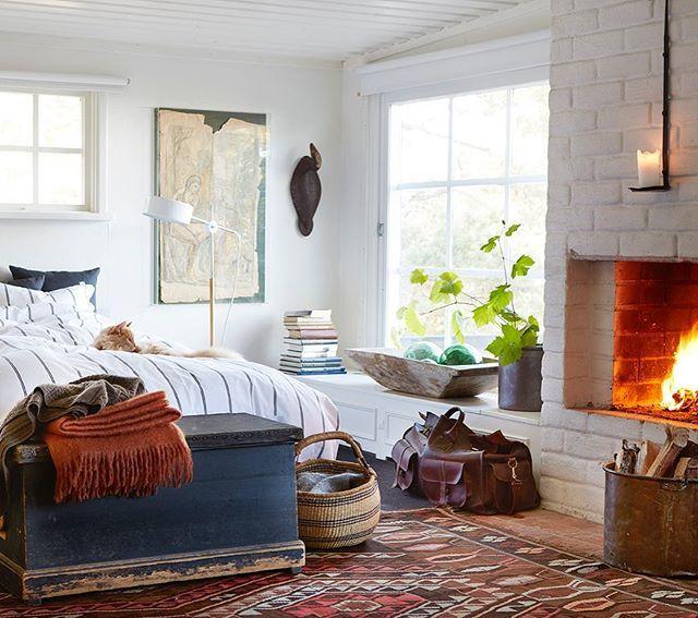 Sovrum med öppen spis och en vacker nisch med spröjsat fönster mot trädgården. Att ligga länge, läsa tidning,  dricka kaffe i sängen och lyssna på sprakandet från elden, det vore väl något en höstdag som denna? Ljuvlig inspiration fotograferad av Martin Cederblad. #höstmys #njutavlivet #inredningsinspo #inredningsdetaljer #inredning #sovrum #scandinavian #scandinavianhomes #interiör #interiorinspiration #makuuhuone #soveværelse #bedroominspo