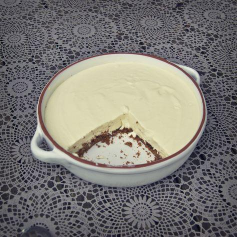 Lemon Cheesecake ~~ Voor de bodem: 10 digestive biscuits of bastognekoeken -  50 g boter -  25 g suiker --  Voor de cheesecake: 150ml slagroom -  397 g zoete gecondenseerde melk -  175 g roomkaas (Mon Chou) -  rasp en sap van 3 grote citroenen -  Slagroom en rood fruit ter decoratie