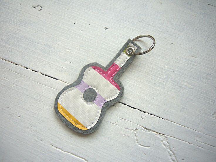 Schlüsselanhänger ♥ GITARRE ♥ Filz - Wachstuch von Fünf&Siebzig auf DaWanda.com