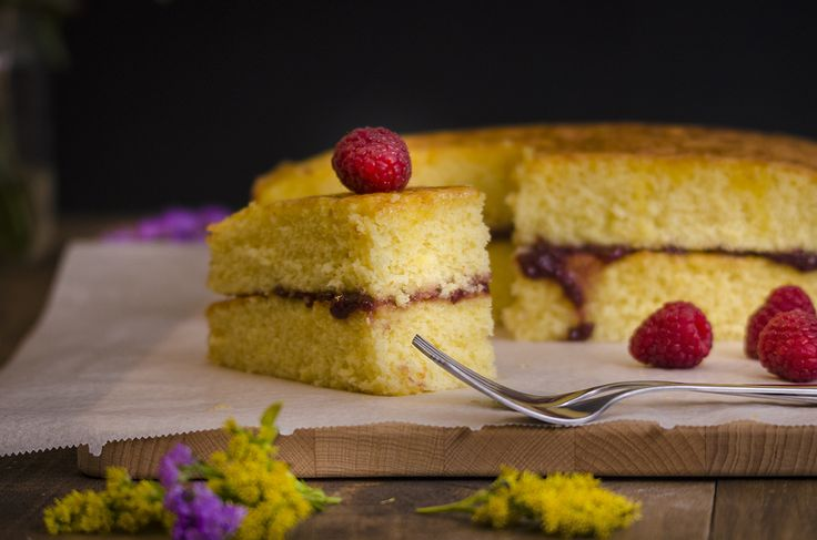 Um bolo de laranja super fofo, com uma calda que apresenta um contraste doce-ácido. Um casamento de sabores perfeito com a framboesa