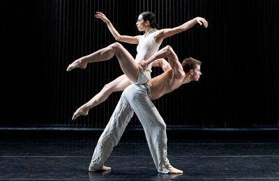 Dit is een foto. Het is een danschoreografie waarvan een foto gemaakt werd. Die beweging is nu stil en staat op een camera.