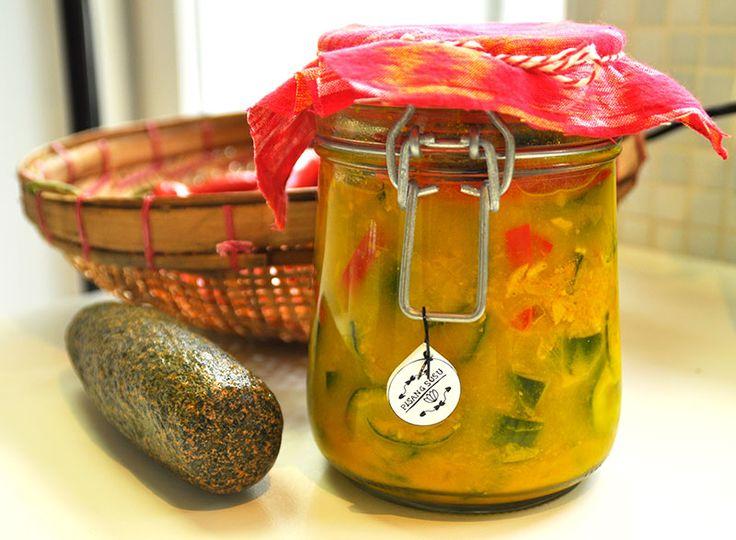 Een klassiek Indisch zuur van komkommers (atjar ketimoen). Deze atjar wordt gekruid met koenjit, gember en pepers (lomboks), maar het is niet zo heet.