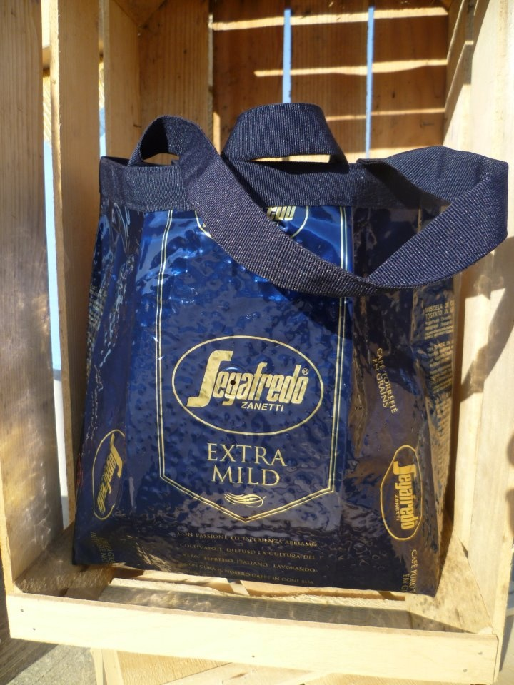 borsa blu con busta di caffè