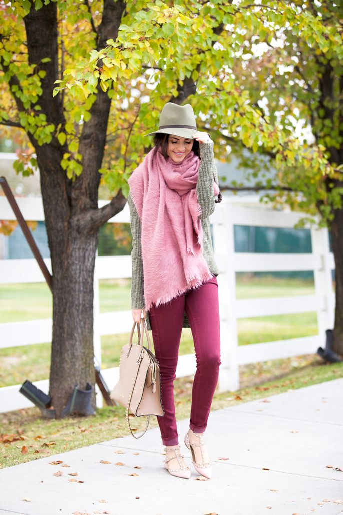 Never be afraid to wear pink! Rachel Parcell kills it in varying shades, wearing darker jeans with lighter shoes and an oversized baby pink scarf. Jeans: Paige, Sweater: Nordstrom, Scarf: Free People, Shoes: Valentino, Bag: Valentino, Hat: Rag and Bone.
