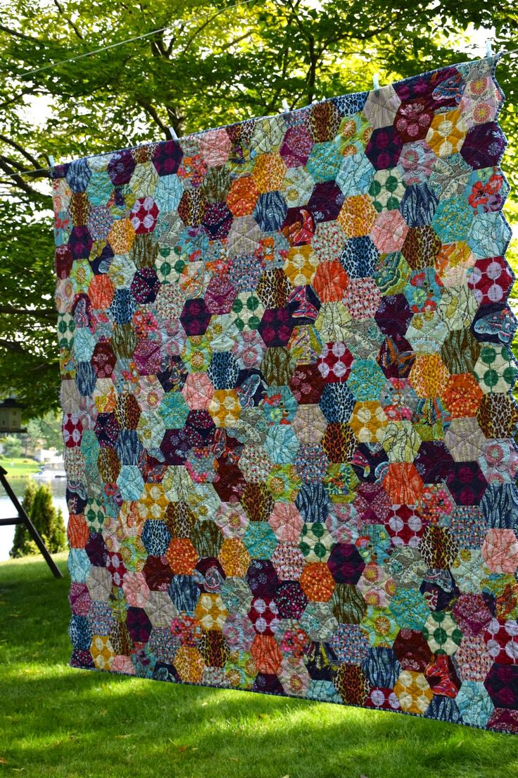 AMH Hexagone - Honeycomb Quilt gorgeous!  By Maryse of Maryse Makes Things.