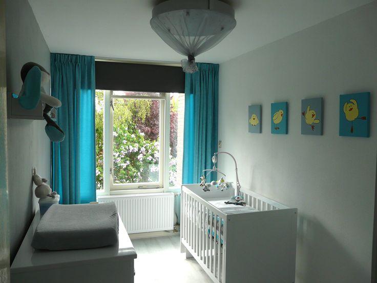 Babykamer in turquoise en grijs. Een pracht combinatie. De serie schilderijen versterkt deze kleuren nog eens. Het zachtgeel van de kuikens past er heel goed bij. Mooi met de rustige witte vloer.