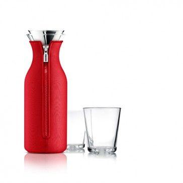 Perfekt till vatten, saft och iste, som kan bryggas direkt i karaffen med tefiltret från Eva Solo Tebryggaren. Passar i de flesta kylskåpsdörrar. Med eller utan neoprefodral som innehället kallt längre. En patenterad hällkant håller styr på dropparna.