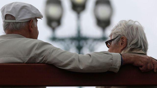 Selon les calculs du COR, le montant mensuel brut moyen de la pension totale (y compris réversion) en 2013 est estimé à 1578 euros soit 1884 euros pour les hommes et 1314 euros pour les femmes.