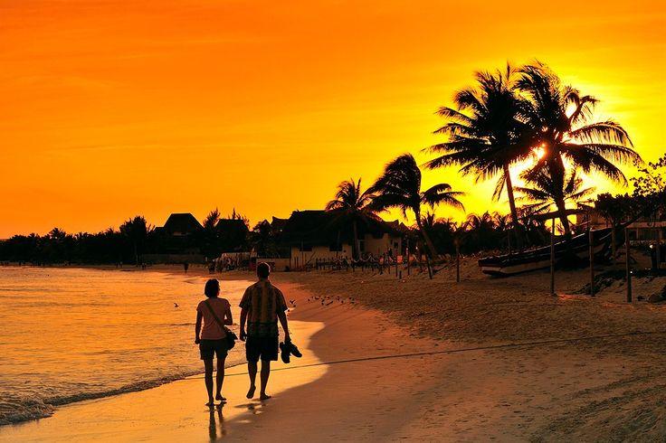 Meksiko, Playa del Carmenin ranta jatkuu silmänkantamattomiin. Erinomainen kuvauspaikka auringonlaskun aikaan, joten viritä kamerasi säädöt kuntoon.  #sunset  #Finnmatkat http://www.finnmatkat.fi/Lomakohde/Meksiko/Playa-del-Carmen/?season=talvi-13-14