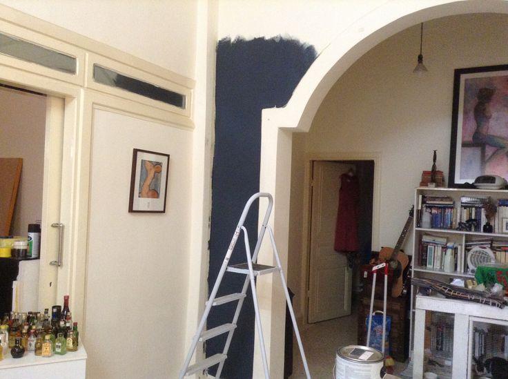 Вопрос 7. Нравятся светлые стены и белая мебель, акцентные цвета (темно-синий и лимонно-желтый). Нравятся высокие потолки и много всяких вещей в доме.