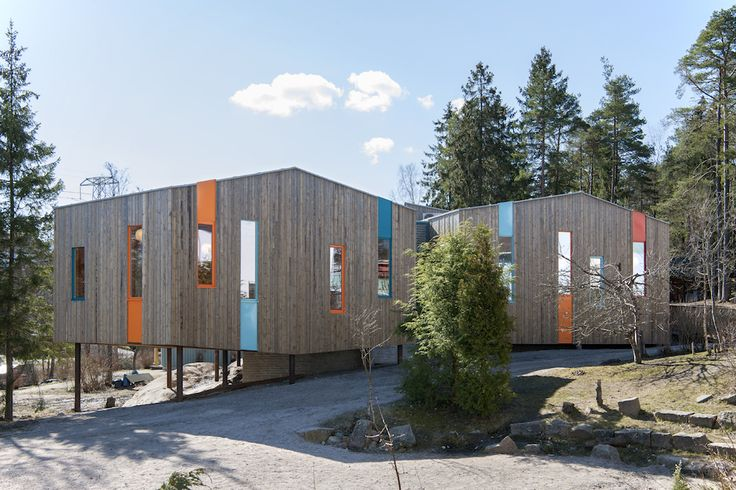 During the spring of 2016, the Waldorf School used raw materials for its facade, such as concrete, wood and steel to emphasize the materials' inherent natural beauty and blend with its natural forest backdrop.