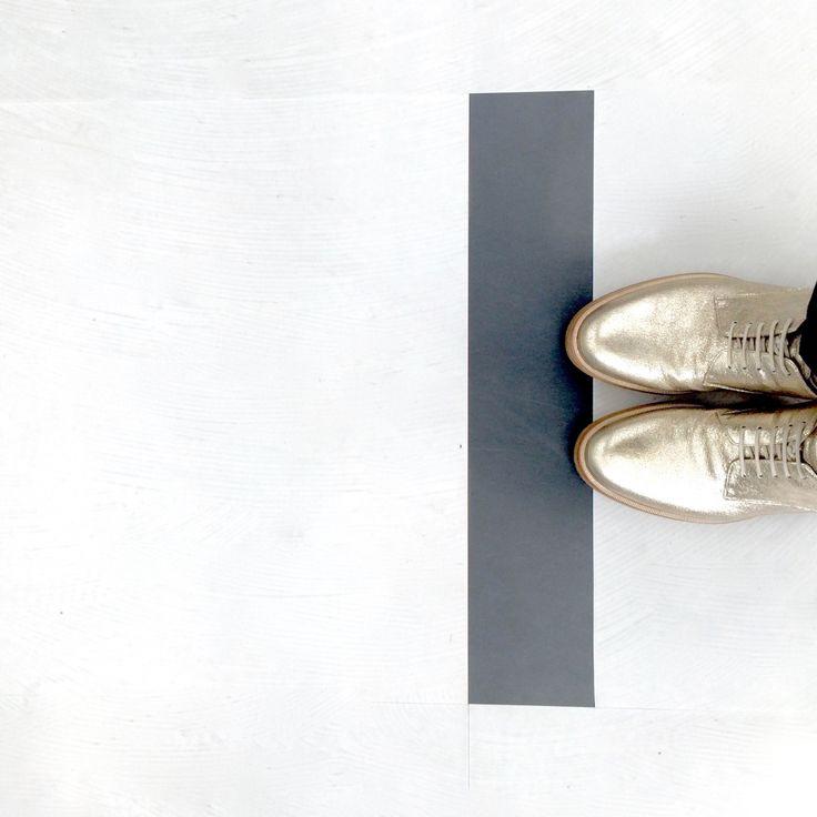 キンキラキンの靴⭐︎  長い長い構想期間を終え、やっとスタートラインに立ちました。  そんなスタートラインに立つにふさわしい靴。  輝かしい未来へ連れてってくれますように。 そんな願いを込めて、スタート記念にキンキラキン⭐︎の靴を選びました………
