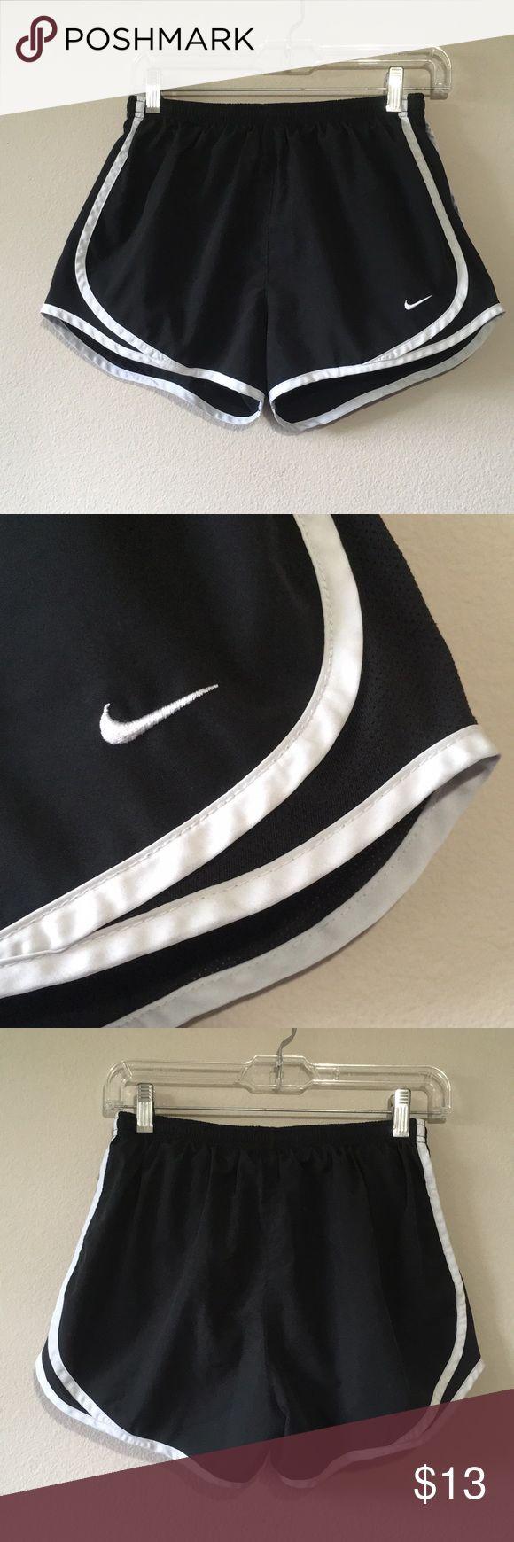 Nike Fit Dry Laufshorts M Dies ist ein Paar schwarz-weiße Nike Fit Dry Laufshorts …   – My Posh Closet
