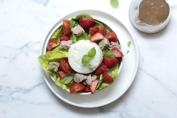 Eiweiß-Salat mit Thunfisch, Tomate und Erdbeere - ein Mix aus Fisch und Frucht mit viel Protein.