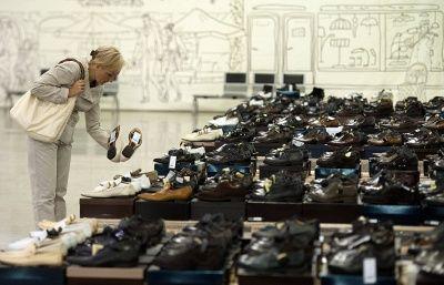 ЕЭК ОТКАЗАЛАСЬ ЗАПРЕЩАТЬ КЕДЫ И ОБУВЬ НА КАБЛУКАХ В РОССИИ Евразийская экономическая комиссия не будет запрещать кеды, балетки и обувь на каблуках-шпильках, сообщает российская пресса со ссылкой на пресс-службу ЕЭК. Более того, в комиссии отмечают, что не получали никаких писем с просьбой о подобном запрете.