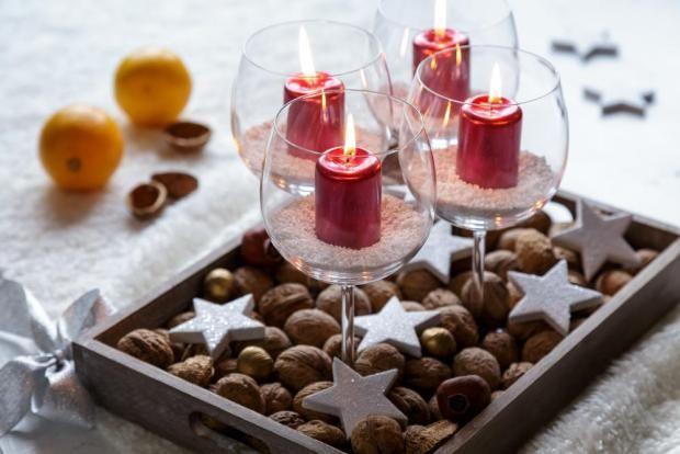 Nápad na rychlý adventní věnec můžete využít i v průběhu roku. Jen svíčky postavte například každou zvlášť nebo vyměňte ořechy za drobné kamínky.