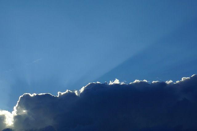 Valoa meille kaikille pilven takaa.