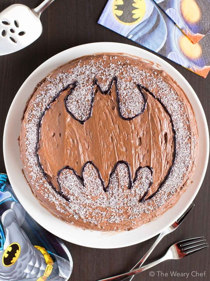 This cute Batman cake is super easy to make and will definitely make your kids happy!