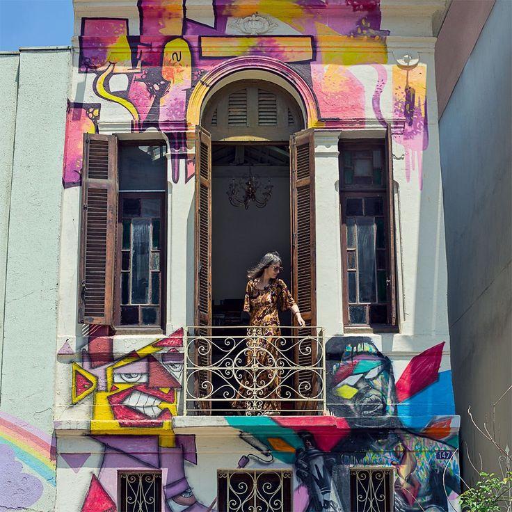 Quem circula pela Pça. Franklin Roosevelt com frequência já deve ter reparado que sobrevive, ali, uma casa antiga, cuja fachada preenchida com grafites multicoloridos sinaliza a paixão da moradora pela vida na metrópole.