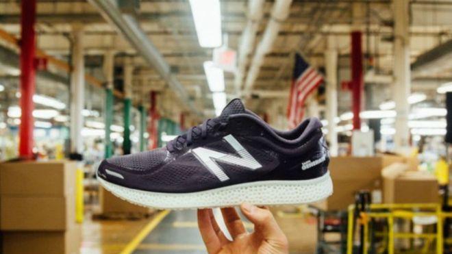 New Balance spor markası, yeni seri ayakkabılarında 3D yazıcı teknolojisini kullandı. 'Zante Generate' adı verilen bu sınırlı üretim ayakkabılar, sanayi robotu olarak bilinen ve dijital yöntemlerle katı objeler üreten üç boyutlu yazıcıdan çıkıyor. Plastik şişelerden uçak parçalarına kadar farklı birçok nesne bilgisayarda üretiliyor. Bu yöntemle bir çift spor ayakkabı yapmak da mümkün görünüyor ama hala […]