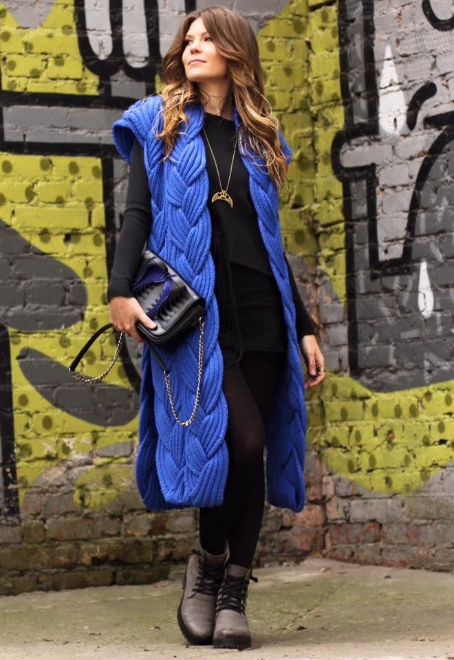 Роскошный, стилеобразующий кардиган из натуральной шерсти - эффектный, теплый, приятный к телу. Актуален не только весной и осенью, но и летом в прохладную погоду. Прекрасно подходит как для делового лука, так и для повседневного - в сочетании с джинсами и кедами выглядит очень стильно. Вещь эксклюзивная, вяжется на заказ, в любом цвете. По вопросам заказа и доставки пишите на емейл: knitbyheart@mail.ru  Заказать можно у нас: https://vk.com/kupit_kardigan_vjazanye_shapki