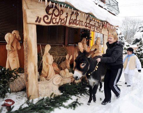 Kolároviciach pri Bytči majú drevený vyrezávaný betlehem, ktorý zhotovil rezbár Milan Mičienka. Chodia k nemu spievať deti v krojoch z miestnej školy. Mičienka betlehem doplnil o miestnu atrakciu - živého somárika Miša.