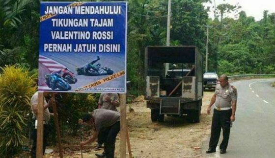 Inilah Baliho Valentino Rossi Pernah Jatuh di Tikungan Papua Yang Jadi Viral