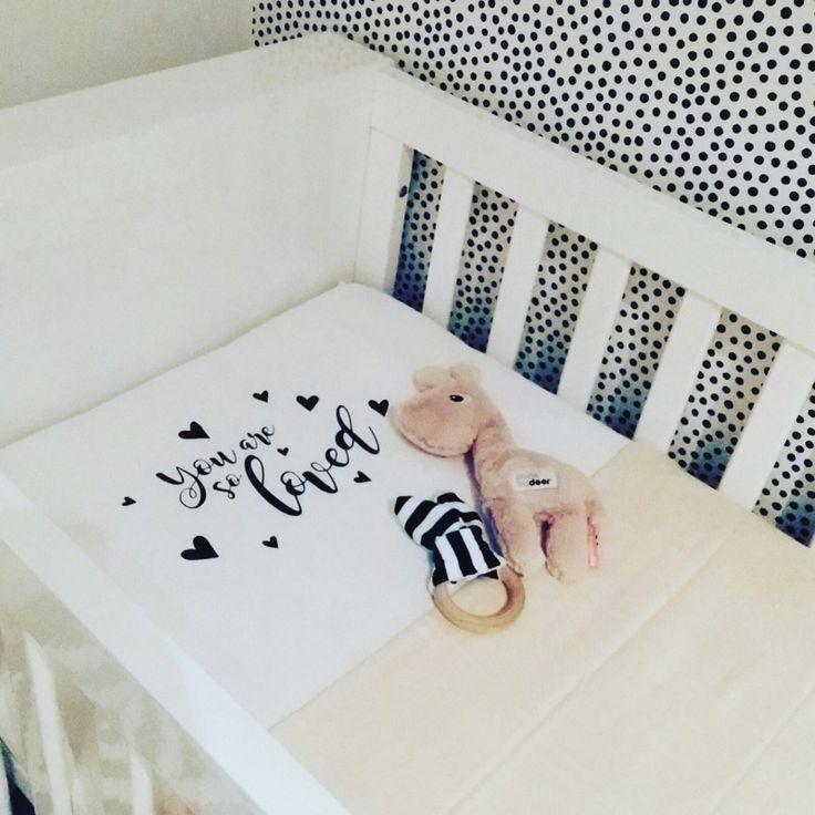 Hoeslaken Ledikant 120x60 cm   You Are So Loved Deze hoeslakentjes zijn een echte musthave voor de stoere babykamers. Als jou hummeltje in zijn ledikantje ligt dan ligt hij of zij nog helemaal netjes onderin ingestopt zoals het hoort. Dan mag de bovenkant van het bedje best leuk aangekleed zijn toch ;-)!? Wat zal jou hummeltje lekker slapen in zo'n mooi opgemaakt bedje!