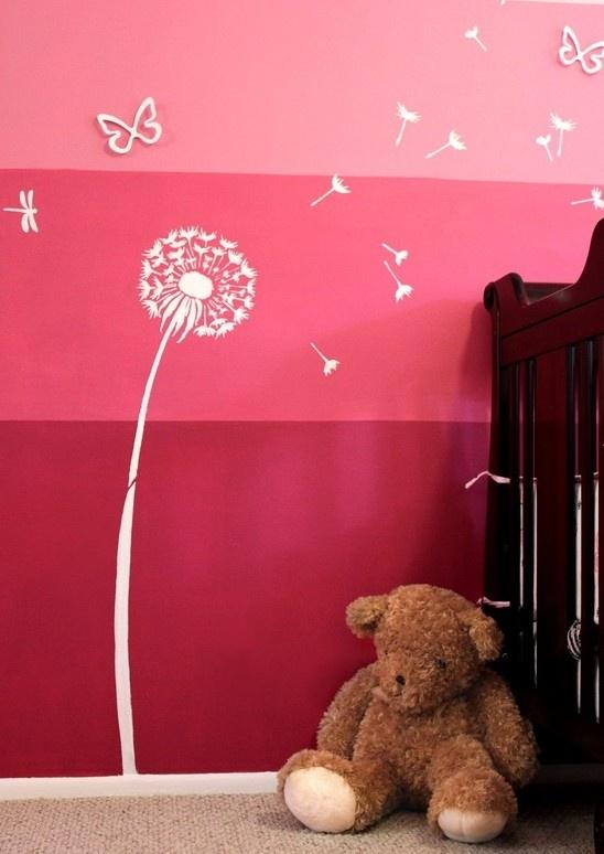 Net even spannender dan een uni gekleurde muur; drie nuances roze muurverf boven elkaar aangebracht.