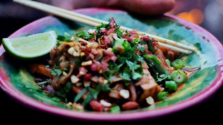 Wok med tofu, grønnsaker, risnudler og pad thaisaus. På toppen drysses godt med koriander og grovhakkede peanøtter.