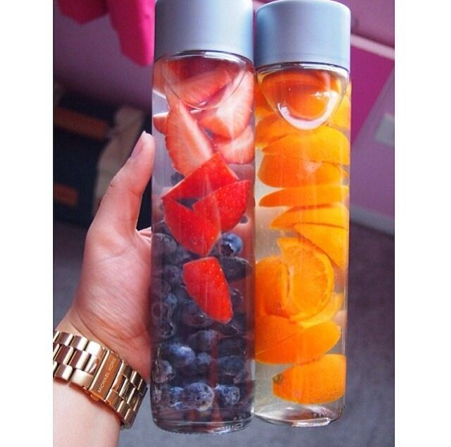 Water met aardbeien en bosbessen. Water met sinaasappels.