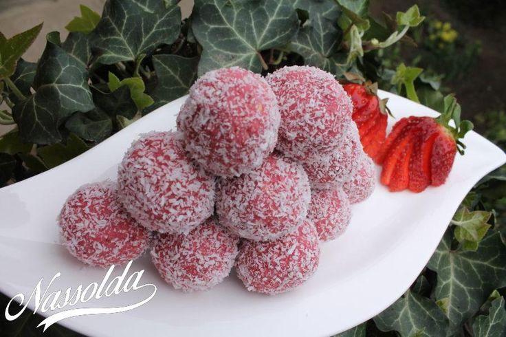 Hasonlóan a kókuszgolyóhoz ezt sem kell sütni. Gyerekek is segíthetnek az elkészítésében, sőt a gombócolástól gyakorlatilag be is fejezhetik a sütit. :)    Hozzávalók kb. 20 golyócskához: 1 tubus sűrített tej 2 evőkanál cukor 16-20 dkg friss eper kb. 10 dkg darált háztartási keksz kókuszreszelék 5 gr vaj kevés piros ételfesték (opcionális) A tisztított epreket apróra vágjuk, majd a cukorral és a vajjal együtt egy lábasban addig melegítjük, míg össze nem esik. Ekkor belenyomjuk a sűrített…