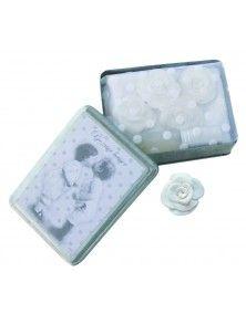 Mathilde M. Detalles de boda: En esta caja metálica Mathilde M podemos encontrar 4 rosas con fragancia rose ancience, una toallita de algodón y un vaporizador del mismo aroma.