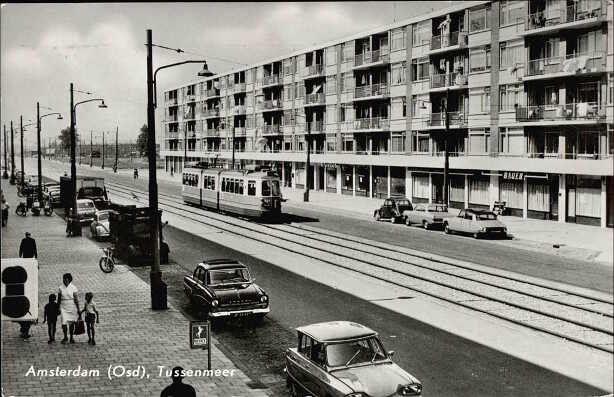 1962 ca Gezicht in westelijke richting over Tussenmeer. Het flatgebouw ligt tussen de Wolbrantskerkweg en de Clauskindereweg. . Een dubbel gelede tram op de in 1962 aangelegde trambaan.