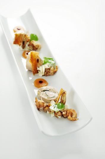 Franse parelhoen opgevuld met waterkers, Hollandse grijze garnalen, een crème van mierikswortel en tomatengelei