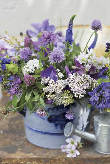Bouquet champêtre en camaïeu de mauve (lilas, lupin...) { Mary Posy aime ! }  Source : Weranda Country